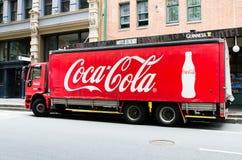 Groot Klassiek Coca-Cola-bannerembleem op de ladingsvrachtwagen royalty-vrije stock fotografie