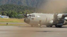 Groot koninklijk Thais Luchtmachtvliegtuig die van Mae Hong Son-luchthavenbaan opstijgen stock videobeelden