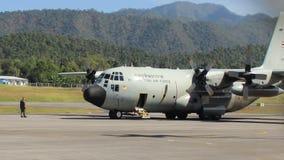 Groot koninklijk Thais Luchtmachtvliegtuig die van Mae Hong Son-luchthavenbaan opstijgen stock footage