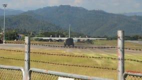 Groot koninklijk Thais Luchtmachtvliegtuig die van Mae Hong Son-luchthavenbaan opstijgen stock video