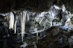 Groot koud hol met stalactieten en stalagmieten Stock Foto