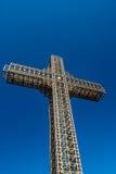 Groot kruis van staalstructuur tegen blauwe hemel, Millenniumkruis Skopje, Macedonië Royalty-vrije Stock Afbeelding