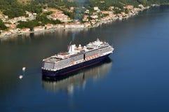 Groot Kruiserschip in de Baai van Kotor Stock Fotografie