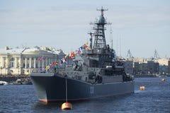 Groot landend schip Korolev bij de parade ter ere van de close-up van de Overwinningsdag Heilige Petersburg Stock Fotografie