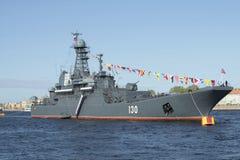 Groot landend schip Korolev in de parade ter ere van Victory Day in St. Petersburg Royalty-vrije Stock Foto's