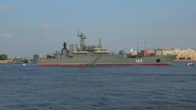 Groot landend schip ` Minsk ` oin Neva Voorbereiding voor de militaire parade ter ere van de Marinedag stock videobeelden