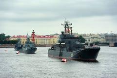 Groot landingsvaartuig Minsk, anti-submarine korvet Urengoi en Royalty-vrije Stock Afbeelding