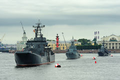 Groot landingsvaartuig Minsk, anti-submarine korvet Urengoi en Stock Fotografie