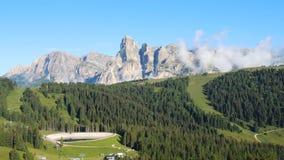 Groot landschap bij Dolomiet Tijdtijdspanne aan Gardenaccia-massief en de Sassongher-piek Alta Badia, Sud Tirol, Italië stock video
