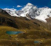Groot landschap met een gletsjer, bergen en meer stock foto's