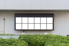 Groot leeg aanplakbord op een straatmuur, banners met ruimte om uw eigen tekst toe te voegen Stock Foto's