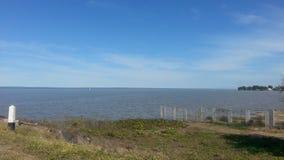 Groot meer en blauwe hemel stock foto's
