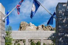 Groot Meningsterras bij het Nationale Monument van Onderstelrushmore, de V.S. Zonnige dag, blauwe hemel royalty-vrije stock afbeelding