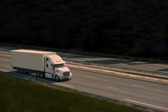 Groot met semi vrachtwagen op de weg Royalty-vrije Stock Afbeelding