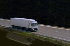 Groot met semi vrachtwagen op weg Royalty-vrije Stock Afbeelding