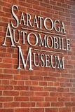 Groot metaalteken op bakstenen muur van ingang, het Automuseum van Saratoga, New York, 2015 Royalty-vrije Stock Fotografie
