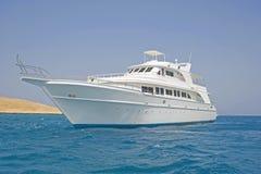 Groot motorjacht op zee Stock Afbeelding