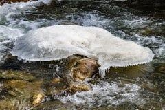 Groot natuurlijk vormijs op de bevroren rivier op de bewegende rivier bij de vallei van Thangu en Chopta-in de winter in Lachen N Stock Foto's
