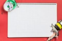Groot notitieboekje met vistuigen op kleurendocument achtergrond Stock Fotografie