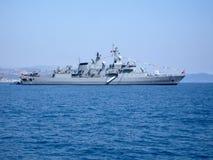 Groot oorlogsschip op haveninval royalty-vrije stock foto