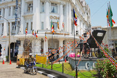 Groot Oosters Hotel, de luxe koloniale bouw bij de Straat van York met het riksjamonument voor het in Colombo, Sri Lanka Royalty-vrije Stock Foto