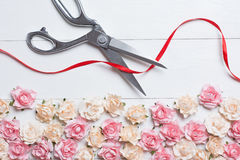 Groot openingsconcept die met schaar rood lint op wit snijden stock fotografie