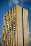 Groot oranje oud flatgebouw of flat in de stad stock foto's