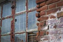 Groot oud venster met gebroken glas Stock Fotografie