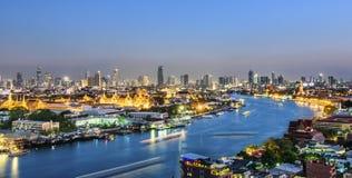 Groot paleis bij schemering in Bangkok Stock Foto