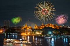 Groot paleis en cruiseschip in nacht met vuurwerk Royalty-vrije Stock Afbeeldingen