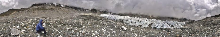Groot panorama met Khumbu-gletsjer en Kala Patthar-piek Royalty-vrije Stock Foto's