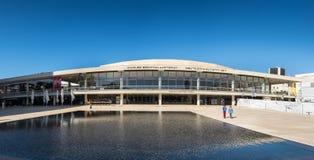 Groot panorama van Charles Bronfman Auditorium in Tel Aviv royalty-vrije stock afbeelding