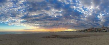 Groot panorama van het gehele strand om zijn omvang te zien stock afbeeldingen