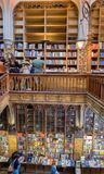 Groot panorama van mooi de boekhandelbinnenland van Lello & Irmao- porto stock afbeelding