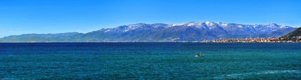 Groot panorama van snowly berg en stad stock foto