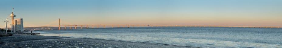 Groot panorama van Vasco da Gama Bridge Longest Bridge in Europa royalty-vrije stock foto