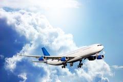Groot passagiersvliegtuig in blauwe hemel Stock Afbeeldingen
