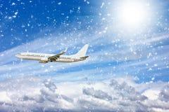 Groot passagiersvliegtuig in blauwe hemel Stock Fotografie