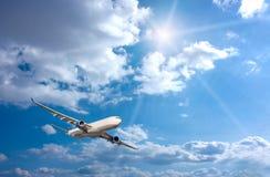 Groot passagiersvliegtuig in blauwe hemel Royalty-vrije Stock Afbeeldingen