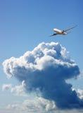 Groot passagiersvliegtuig in blauwe hemel Royalty-vrije Stock Afbeelding