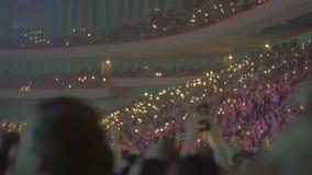 Groot publiek binnen een arena stock footage
