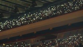 Groot publiek binnen een overleg van de arenamuziek stock footage