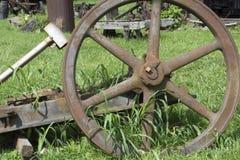 Groot roestig aandrijvingswiel stock afbeeldingen