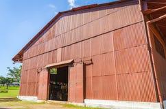 Groot rood pakhuis op Estrada DE Ferro Madeira-Mamore Stock Afbeelding