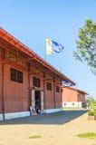 Groot rood pakhuis op Estrada DE Ferro Madeira-Mamore Stock Fotografie