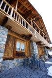 Groot rustiek chalet in de alpen stock foto