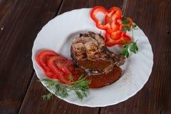 Groot sappig geroosterd lapje vlees met greens royalty-vrije stock afbeeldingen