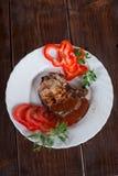 Groot sappig geroosterd lapje vlees met greens op de plaat stock foto's