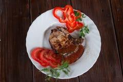 Groot sappig geroosterd lapje vlees met greens op de plaat stock fotografie