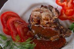 Groot sappig geroosterd lapje vlees met greens op de plaat royalty-vrije stock afbeeldingen